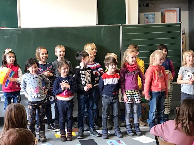 Die Klasse 1b überrascht die Klasse 3a am Zeugnistag…